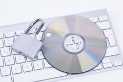 Öppna hänglåset med CD och tangentbordet Arkivbild