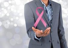 Öppna handen med det rosa bandet för bröstcancermedvetenhet arkivbild