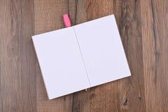 Öppna handstilblocket med en blyertspenna Royaltyfria Foton
