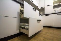 Öppna kökenheten med plattor inom, en smart lösning för köklagring och uppläggningen royaltyfri bild