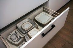 Öppna kökenheten med plattor inom, en smart lösning för sats arkivbilder