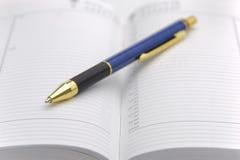 Öppna kalendern med pennan Royaltyfri Bild