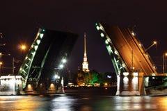 Öppna klaffbron på natten i St Petersburg Arkivbilder