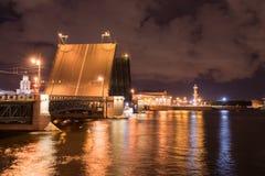 Öppna klaffbron på natten i St Petersburg Ryssland Arkivfoto