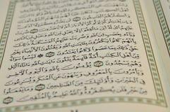 Öppna Koranen med synlig arabisk handstil arkivfoton
