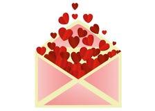 Öppna kuvertet med att avgå röda hjärtor valentin för dag s Förälskelse Arkivfoto