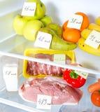 Öppna kylen mycket av frukter Arkivfoton