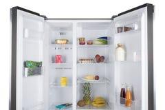 Öppna kylen mycket av nya frukter och grönsaker Arkivbilder