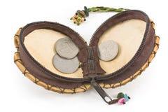Öppna läderhandväskan med gammala europeiska mynt Arkivfoto
