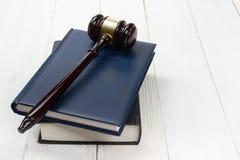 Öppna lagboken med trädomareauktionsklubban på tabellen i en rättssal arkivfoton