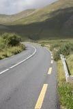 Öppna LoughKillary för vägen tillsammans med fjord sjön; Leenane Connemara Arkivfoto