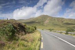 Öppna LoughKillary för vägen tillsammans med fjord sjön; Leenane Connemara Arkivfoton
