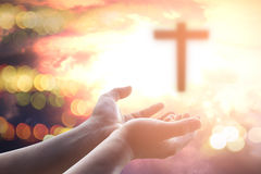 Öppna mänskliga händer gömma i handflatan upp dyrkan Nattvardterapi välsignar guden som portionen ångrar den katolska påsken Lent arkivfoto