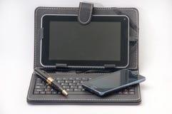 Öppna minnestavlan med tangentbordet och den Android mobiltelefonen Royaltyfria Bilder