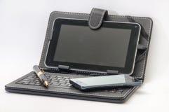Öppna minnestavlan med tangentbordet och den Android mobiltelefonen Arkivbilder