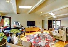 Öppna modernt lyxigt hemmiljövardagsrum med pianot. Royaltyfri Foto