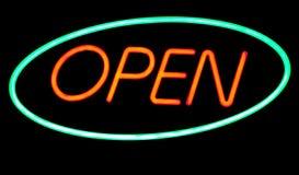 Öppna neontecknet Arkivfoto