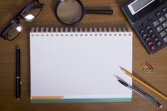 Öppna notepad- och kontorstillbehör Royaltyfria Foton
