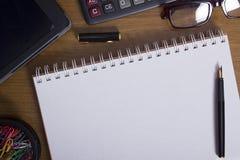 Öppna notepad- och kontorstillbehör Arkivfoton