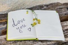 Öppna notepaden med förälskelse som du undertecknar Royaltyfri Bild