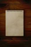 Öppna notepaden på mörkt trä royaltyfri fotografi
