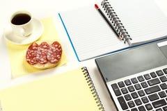 Öppna notepaden som ligger på skrivbordet Royaltyfria Foton