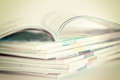 Öppna och att stapla av tidskrifter Arkivfoto