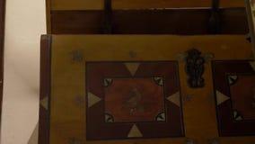 Öppna och stäng den gamla träbröstkorgen stock video