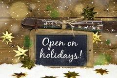 Öppna på jul: tecken med text för vinterskidåkningferier och Royaltyfria Foton