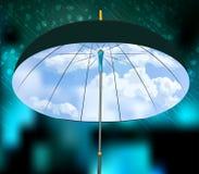 Öppna paraplyet på bakgrund för regn och för blå himmel Royaltyfri Foto