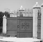 Öppna porten av huset, avskildheten och den privata egenskapen Fotografering för Bildbyråer