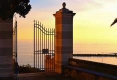 Öppna porten framme av den gamla kyrkan i by i Sestri Levante i Liguria, Italien royaltyfri fotografi