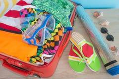 Öppna resväskan med olik saker för dublin för bilstadsbegrepp litet lopp översikt Öppna traveler& x27; s-påse med kläder, tillbeh Royaltyfri Bild