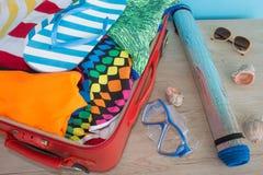 Öppna resväskan med olik saker för dublin för bilstadsbegrepp litet lopp översikt Öppna traveler& x27; s-påse med kläder, tillbeh Fotografering för Bildbyråer