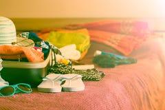 Öppna resväskan på säng Arkivbild
