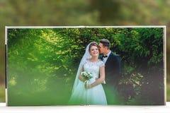 Öppna sidor av den bruna boken eller albumet för lyxläderbröllop royaltyfria bilder