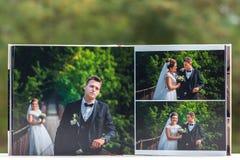 Öppna sidor av den bruna boken eller albumet för lyxläderbröllop arkivbilder