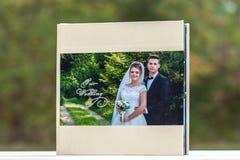 Öppna sidor av den bruna boken eller albumet för lyxläderbröllop fotografering för bildbyråer