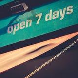 Öppna sju dagar tecken Fotografering för Bildbyråer