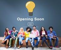 Öppna snart för advertizingreklamfilm för lansering välkommet begrepp fotografering för bildbyråer