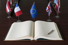 Öppna spreadboken, reservoarpennan, EG (europeisk Unio Arkivbild