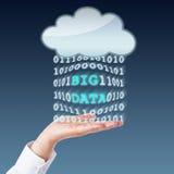 Öppna stora data som överför mellan molnet och, gömma i handflatan Arkivbilder