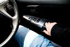 Öppna strömbrytarefönster i bil Arkivfoto
