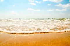 Öppna stranden med vågavbrott Royaltyfri Foto
