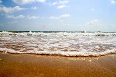 Öppna stranden med vågavbrott Arkivfoton