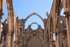 Öppna taket av den gotiska kyrkan av vår dam av Mount Carmel i Lissabon royaltyfri fotografi