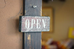 Öppna tecknet på dörr Royaltyfria Foton