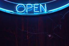 Öppna tecknet på natten Arkivfoto