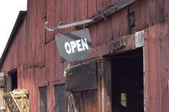 Öppna tecknet på röd ladugård Arkivbilder