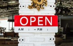 Öppna tecknet som hänger på en pol utanför en restaurang Royaltyfria Bilder